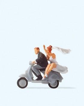 Brautpaar auf Vespa-Roller
