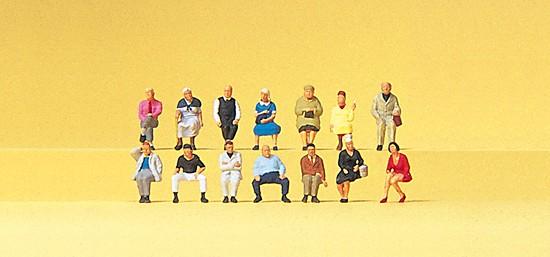 Sitzende Reisende mit 14 Figuren