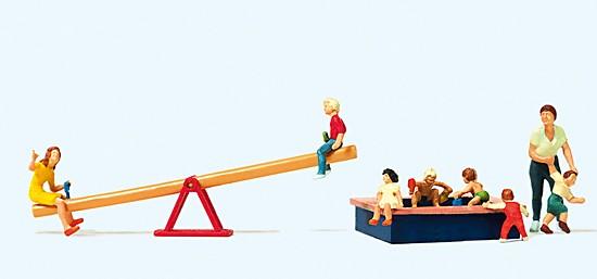 Spielende Kinder. Wippe, Sandkasten