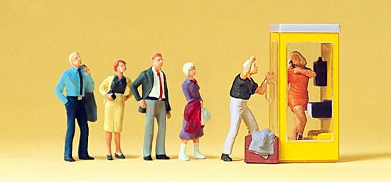 Wartende an Telefonzelle