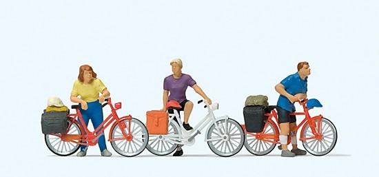 Stehende Radfahrer an der Bahnschranke