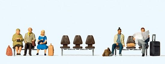 Fünf wartende Reisende. Drei