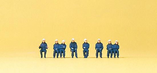 Sitzende Feuerwehrleute