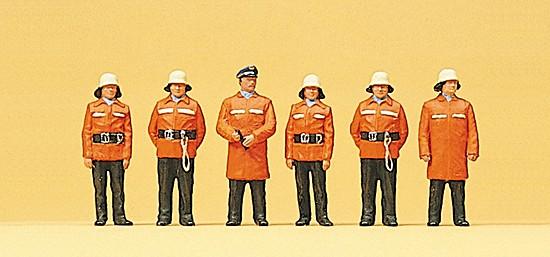 Feuerwehrmänner mit Schutzanzug
