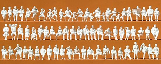 Sitzende Personen. 72 unbemalte Figuren