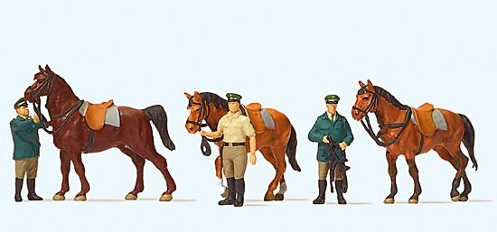 Stehende Polizisten, mit Pferden