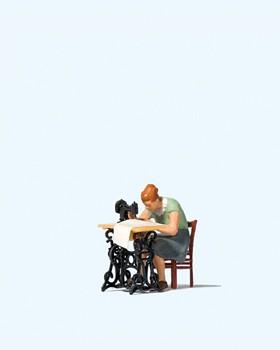 H0-Frau an Nähmaschine