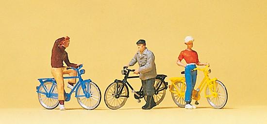 Stehende Radfahrer am Bahnübegang
