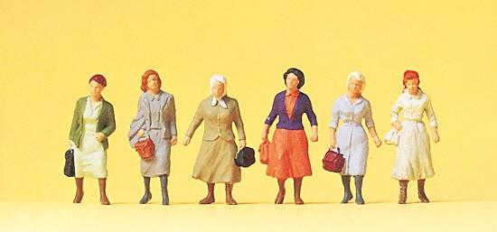 Pendlerinnen auf dem Weg zur Bahn