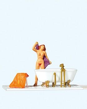 Frau an der Badewanne