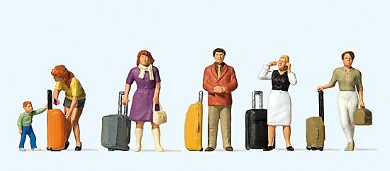 Stehende Reisende mit Trolleys