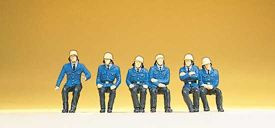 Sitzende Feuerwehrmänner