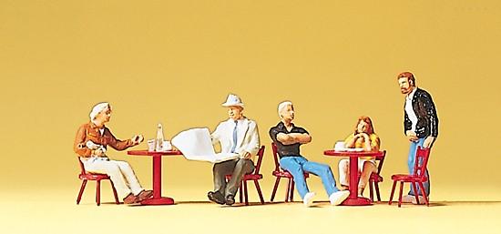 Gäste im Straßencafe