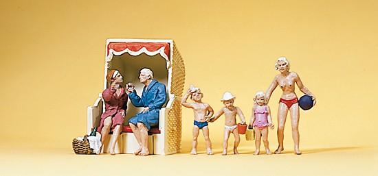 Paar im Strandkkorb, mit Kinder