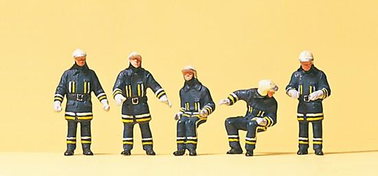 Feuerwehrmänner in mod. Einsatzkleidung