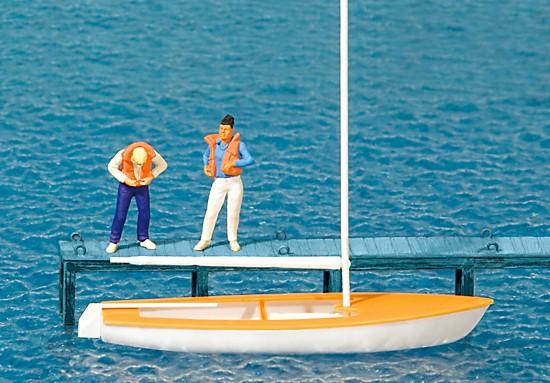 Segler, Weste anlegend. Segelboot Korsar