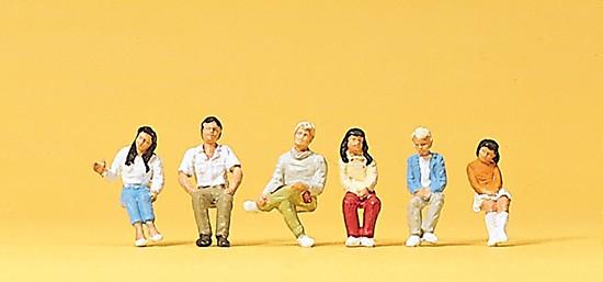 Sitzende Jugendliche