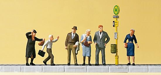 Wartende an der Straßenbahn